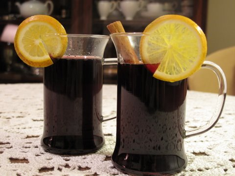 two cups of Spanish-style mulled wine, vino caliente