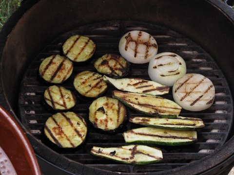 Grilling vegetables on the Big Green Egg (Kamado)