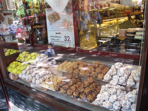 a display window at Viena Capellanes featuring an array of rosquillas for San Isidro