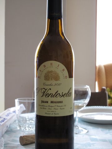 a bottle of ribeiro, a good wine for cockles, berberechos