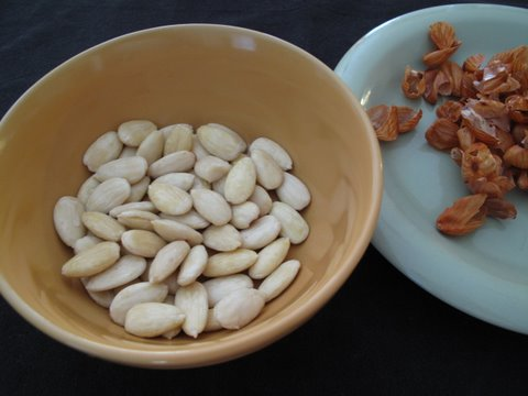peeling almonds for guirlache