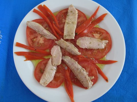 a simple Spanish salad of tomato, ventresca (tuna belly fillets), piquillo peppers, olive oil and thyme