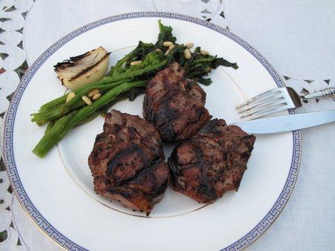 Grilled lamb chops (chuletas de cordero a la parrilla o a la brasa)