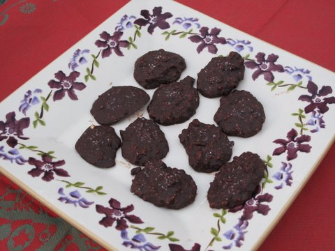 a dish of homemade pralinés de chocolate, Spanish chocolate pralines