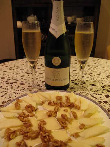 Anna de Codorniu with apples, cheese and walnuts