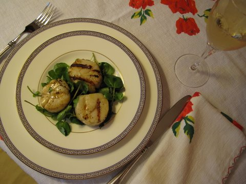 a salad of grilled scallops with watercress, vieiras a la brasa con berros