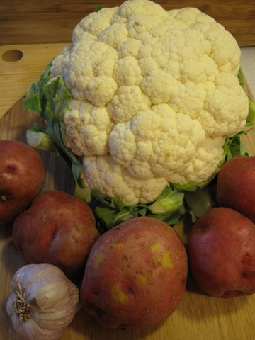 Coliflor, patatas, y ajo; cauliflower, potatoes, and garlic