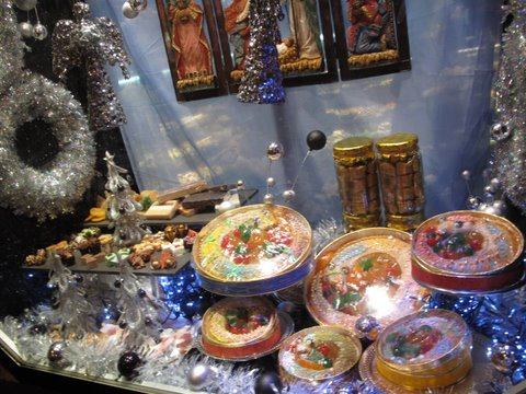 a shop window in Madrid with roscones de Reyes and other holiday sweets