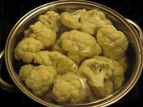boiling cauliflower and potatoes