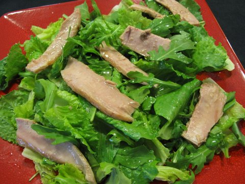 green salad with tuna belly, ensalada con ventresca del bonito